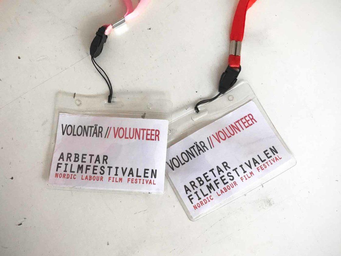 Två volontärs-brickor